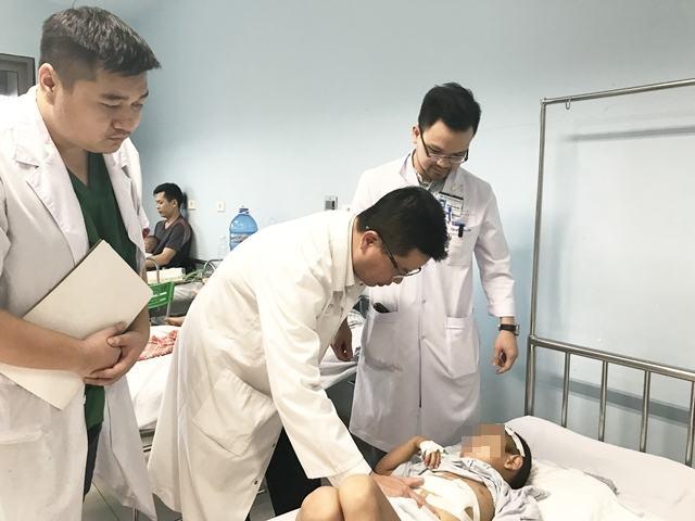Bệnh viện Nhi Trung ương cứu sống bé trai 6 tuổi vỡ gan do ngã cây 9