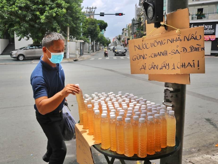 Chuyện chủ nhân những chai nước chanh sả miễn phí ở Sài Gòn 15