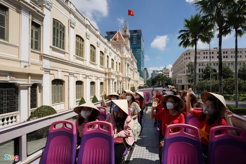 Xe buýt 2 tầng ở TP.HCM đón khách tham quan trở lại 5