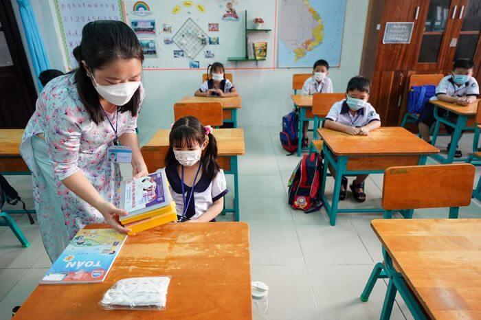 Những học sinh đầu tiên của TP.HCM trở lại trường 2